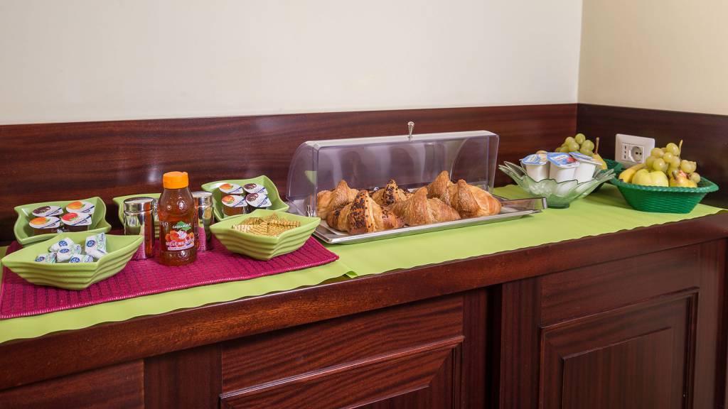 Hotel-Trastevere-Roma-Breakfast-Room-Buffet-131
